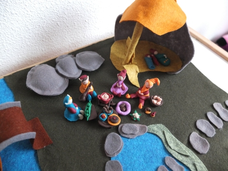 One of the first gatherings, before all the elves were ready. Notice the purple bowl with the brown things inside, that's LM's huge chocolate bowl :)